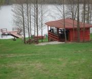 widok ze wzgórza na jezioro,pomost
