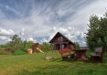 widok z podwórka na dom drewniany