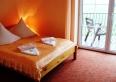 Pokój 2-4 os. z łóżkiem małż. i kanapa, balkonem widokowym, lodóką, tel. sat, wc, prysznicem,