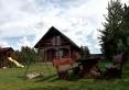 widok na domek drewniany z podwórka