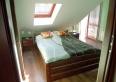 sypialnia z łóżkiem podójnym oraz z balkonem