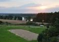 widok z balkonu na boiska i jezioro