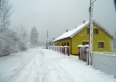 łatwy wyjazd w zimie z posesji, dom jest obok drogi