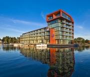 Widok hotelu od strony jeziora
