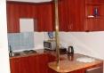 Anex kuchenny w apartamencie żeglarskim.