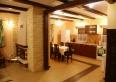 Salon z kominkiem i kuchnia