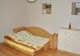 Pokój z łóżkiem małżeńskim i dostawką